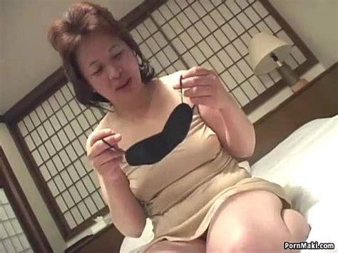 Hot babe inserts a vibrator in her cunt in closeup xvideos jpg 488x366